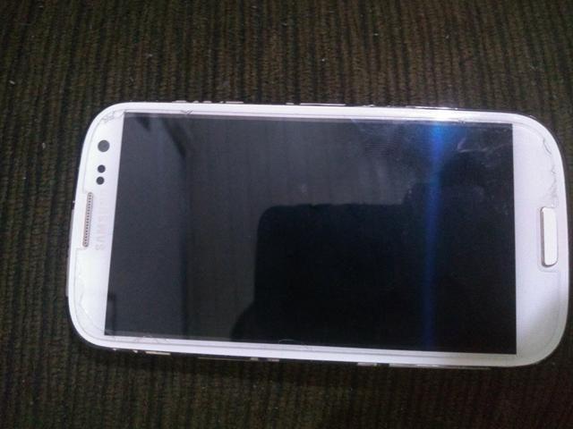 Vendo Celular S3 funcionando acompanha carregador - Foto 2
