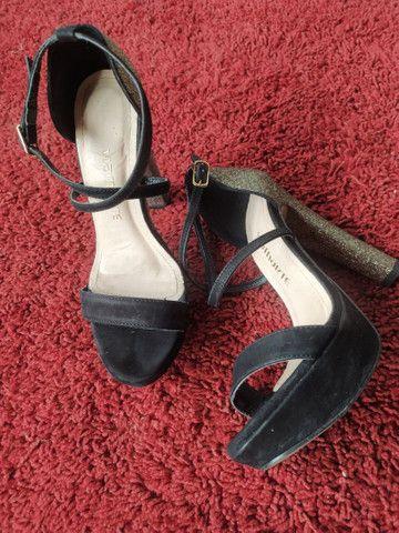 Sandália de salto alto preta e com brilho - Foto 4