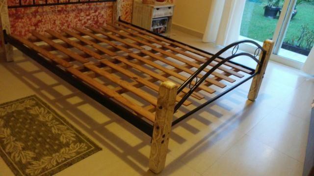 Cama casal padrão ferro e madeira patinada linda - Foto 2