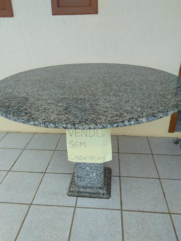 Linda mesa em granito (sem cadeiras)