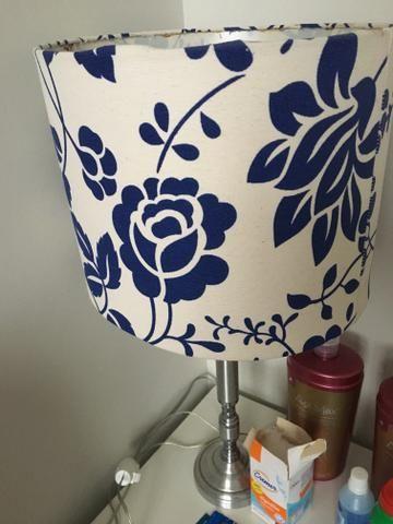 Abajur branco e azul com base metalica