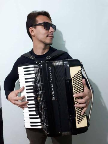 Aula de música com Fernando Henrique diversos istrumentos como o acordeon