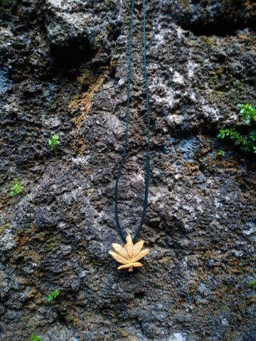 Colar esculpido em madeira folha Canabis