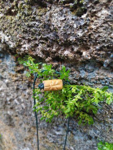 Colar esculpido em madeira folha Canabis  - Foto 4