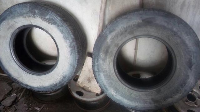 Dois pneus 31/10.5 aro 15