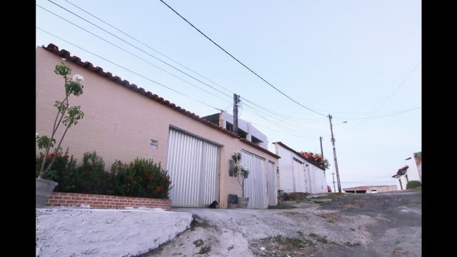 Casa térrea 3/4 2 suítes 2 vagas condomínio em Itapuã( final de linha km 17)