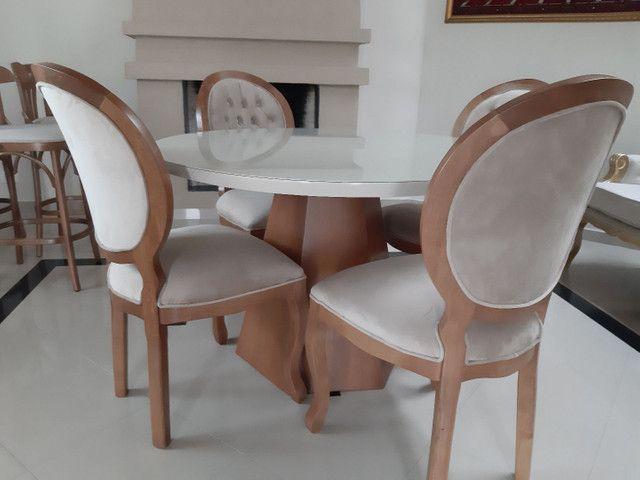 Linda -Mesa redonda + 4 cadeiras medalhão