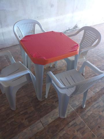 Treis lindos jogos de messas cadeira refocada já com as capinhas - Foto 2