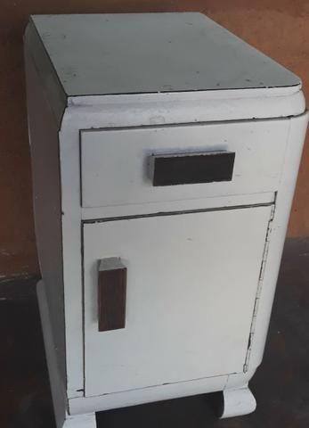 Criado mudo ou mesa de cabeceira ( móvel antigo)