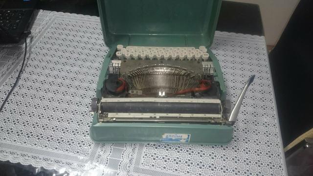 Vendo ou troco . Maquina de datilografia antiga