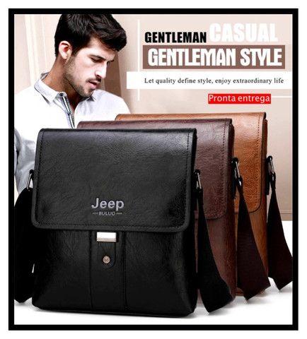 Bolsa e carteira confeccionada em couro PU com a marca JEEP