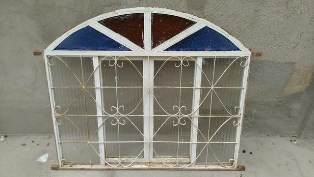 Janela colonial de Metalon, com vidros (1 quebrado e 1 trincado)- 1,20 x 1,03