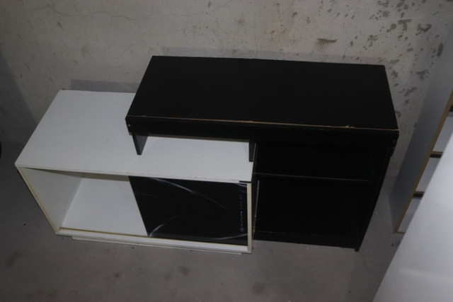 Estante / Rack em MDF Branco e Preto c/ 1 porta 74.5cm x 138cm x 46cm