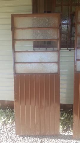 3 portas de metal e 1 armação. valor que paguei mas faço por menos - Foto 2