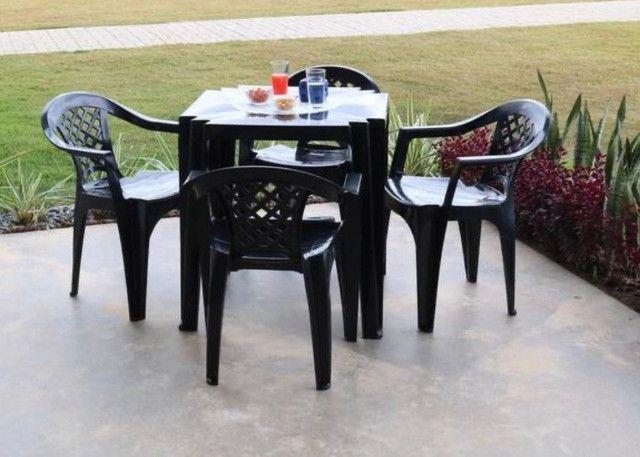 Mesa com 4 cadeiras plástico preta