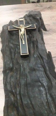 Crucifixo em Madeira Trabalhada - Foto 2