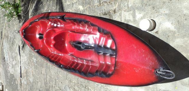 Caiaque duplo vermelho com um remo