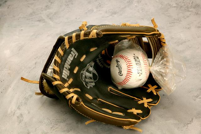9832b1a6c9856 Bola e Luva de Beisebol, nunca usados. - Esportes e ginástica ...