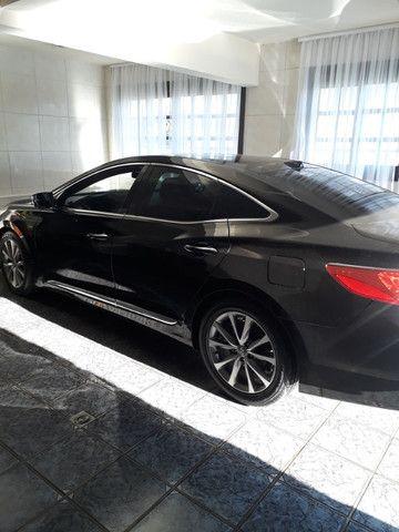 Venda de um automóvel Hyundai azera preto.