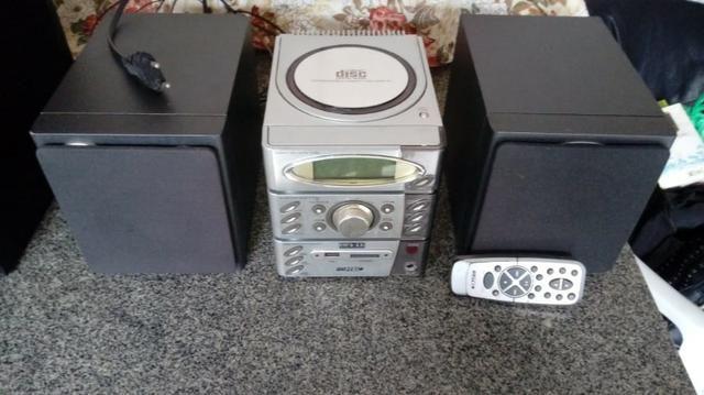 Som toca CD, MP3, pen drive, cartão de memória, rádio