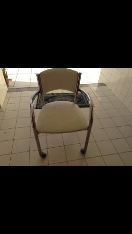 Cadeira branca de Corino com rodinha