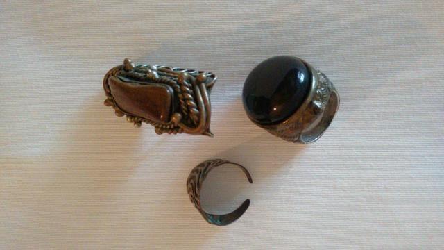 Aneis, alianças e dois colares - Foto 2