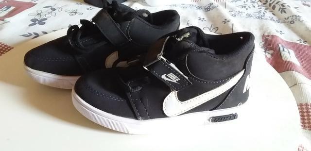 Tênis um da Nike original e outro da levis original