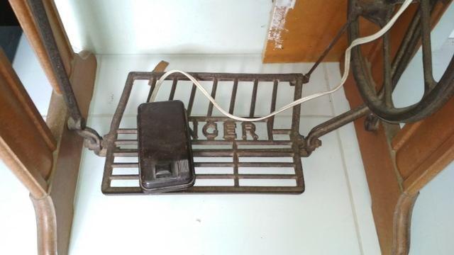 Máquina de costura Singer de Ferro + Gabinete - Foto 6