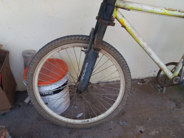 vendo uma bicicleta com amortecedor e garupa - Foto 2