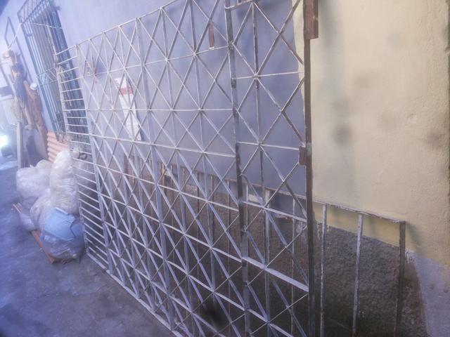 Portão de ferro com roldanas