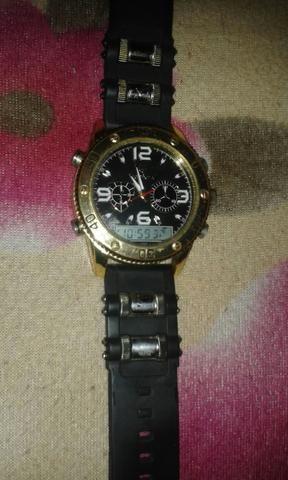 Vendo relógio só tem umas marcas de uso e analógico e digitar 50