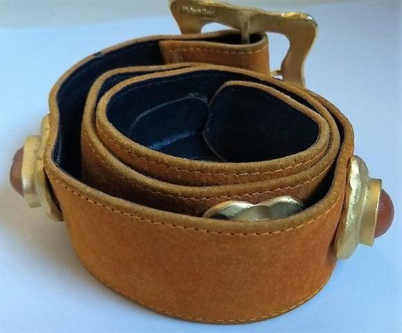 Cinto Artesanal Couro Enfeitado com Pedras   Amarelo Queimado   Tamanho P ou 80 cm - Foto 2