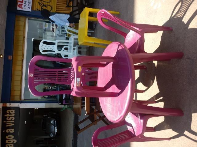 Vendo conjunto de mesa e cadeira de plastico