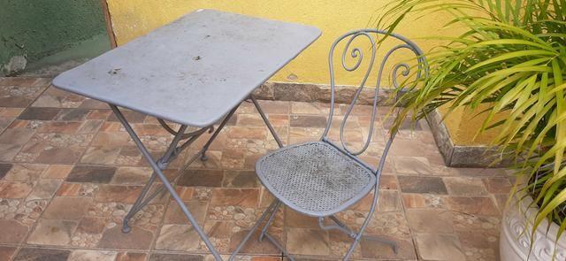 Mesa de ferro em pernas arrematadas em trava com uma cadeira - Foto 3