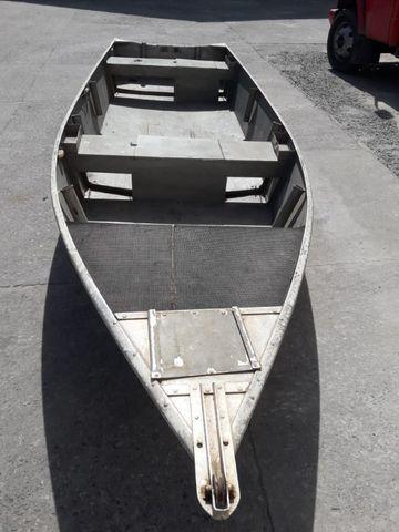 Barco de alumínio e reboque