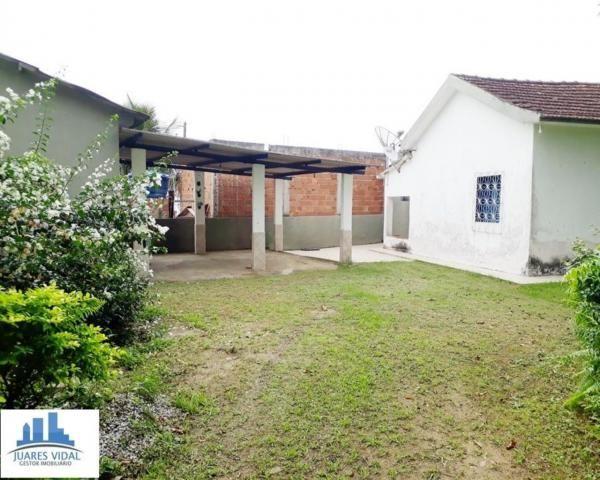 Casa linear, independente, com muito quintal e garagem no centro de Itacuruçá - Foto 2