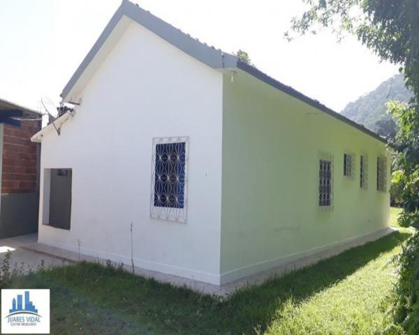 Casa linear, independente, com muito quintal e garagem no centro de Itacuruçá