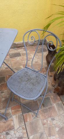 Mesa de ferro em pernas arrematadas em trava com uma cadeira - Foto 4