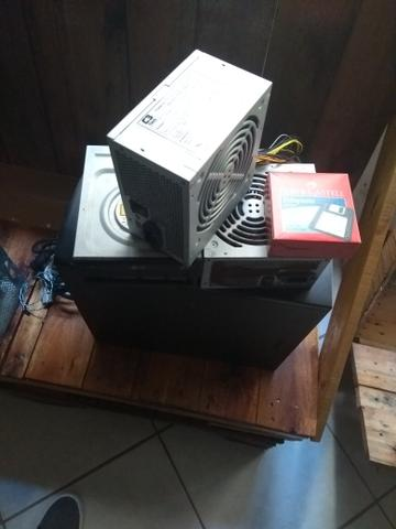 Aparelhos de computador e caixa cheia de coisas sobre celular - Foto 2