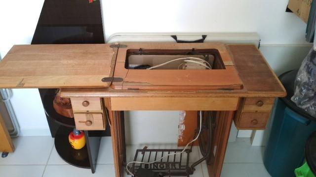 Máquina de costura Singer de Ferro + Gabinete - Foto 4
