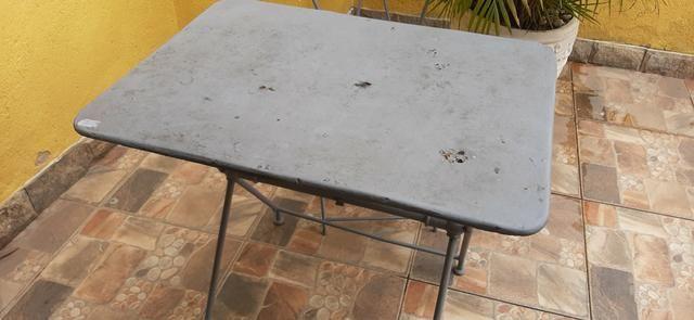 Mesa de ferro em pernas arrematadas em trava com uma cadeira - Foto 2