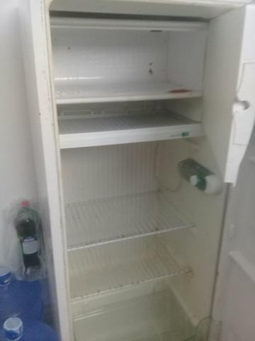 Vende-se ou troco essa geladeira por um celular - Foto 6