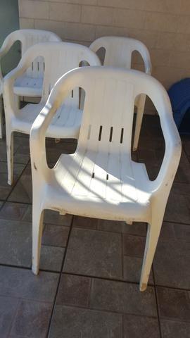 04 cadeiras de plástico