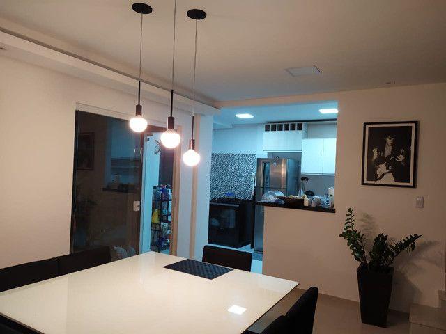 Casa de condomínio, possui 124 m2 com 3 quartos sendo 2 suítes e 1 semi-suíte - Foto 2