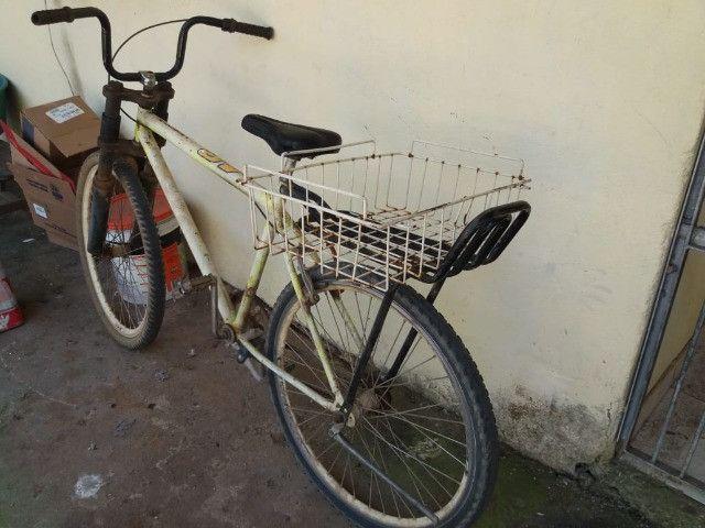 vendo uma bicicleta com amortecedor e garupa