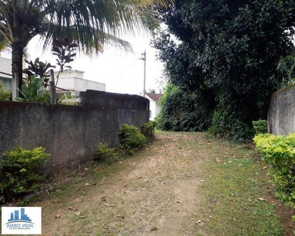 Casa linear, independente, com muito quintal e garagem no centro de Itacuruçá - Foto 3