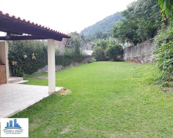 Casa linear, independente, com muito quintal e garagem no centro de Itacuruçá - Foto 7
