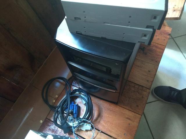 Aparelhos de computador e caixa cheia de coisas sobre celular - Foto 3