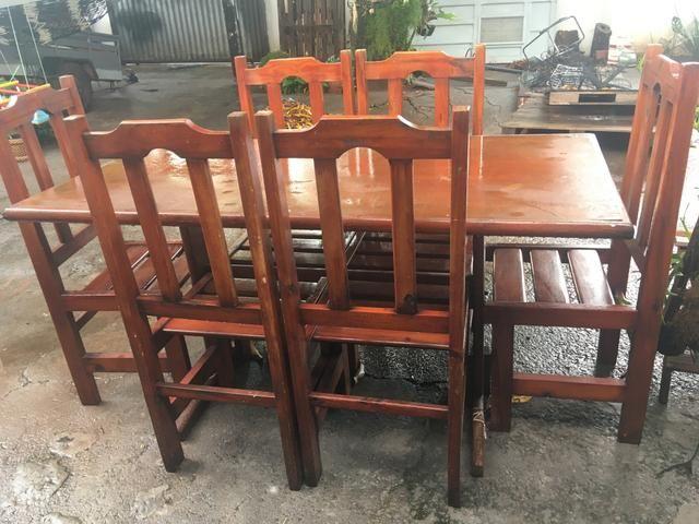 Conjunto de mesa com 6 cadeiras de madeira
