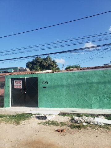 Alugo casas em Cajueiro Seco com garagem, 03 quartos próximo ao supermercado leve mais